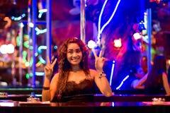 Thailändsk kvinna på bomma för i nattklubben av Patong Royaltyfria Bilder
