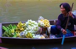 Thailändsk kvinna på hennes fartyg, i att sväva marknaden Fotografering för Bildbyråer