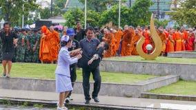 Thailändsk kvinna som är svag under sörjande ceremoni arkivbilder