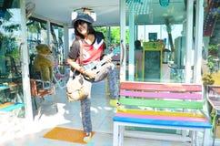Thailändsk kvinnalekukulele eller liten akustisk gitarr Fotografering för Bildbyråer