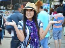Thailändsk kvinnastående i morgontid på Sangkhlaburi Kanchanaburi, Thailand Royaltyfri Fotografi