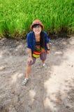 Thailändsk kvinnastående med ris- eller risfältfältet Arkivfoton
