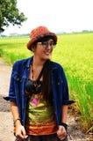 Thailändsk kvinnastående med ris- eller risfältfältet Fotografering för Bildbyråer