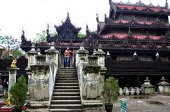 Thailändsk kvinnastående på den Shwenandaw kloster Royaltyfri Fotografi
