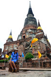 Thailändsk kvinnastående på den Wat Yai chaimongkolen Royaltyfri Foto