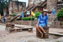 Thailändsk kvinnastående på den Wat Yai chaimongkolen Royaltyfri Fotografi