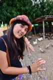 Thailändsk kvinnastående på lägeandlantgården i Phatthalung Fotografering för Bildbyråer