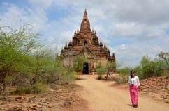 Thailändsk kvinnastående på pagoden i Bagan Archaeological Zone Royaltyfria Bilder