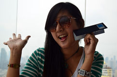 Thailändsk kvinnastående på restaurangen av det Baiyoke tornet Arkivfoto