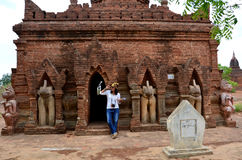 Thailändsk kvinnastående på templet i Bagan Archaeological Zone Arkivbilder