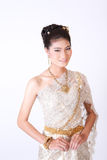 Thailändsk kvinnlig i traditionell klänning Fotografering för Bildbyråer
