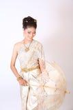 Thailändsk kvinnlig i traditionell klänning royaltyfria bilder