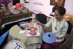 THAILÄNDSK KVINNLIG MÅLARE Royaltyfri Bild