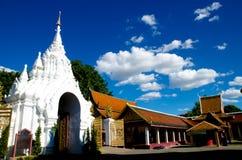 Thailändsk Lanna Hariphunchai tempel Arkivfoton