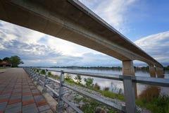 Thailändsk-laotisk bro i afton i Nongkhai Thailand Arkivfoton