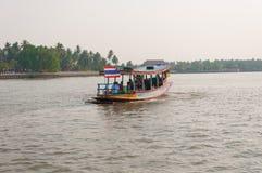 Thailändsk lokal transportfartygkorsning flod fotografering för bildbyråer