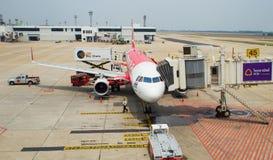 Thailändsk luftAsien nivå som landas på Don Mueang International Airport Fotografering för Bildbyråer