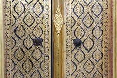 Thailändsk målning på en dörr på Wat Arun Rajwararam Fotografering för Bildbyråer