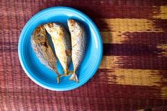 Thailändsk makrill som stekas i blåttplatta Arkivfoto