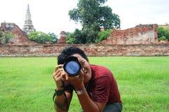 Thailändsk man för stående på den Thailand Putthaisawan templet Ayutthaya, Thailand Arkivbild
