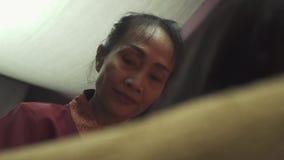 Thailändsk massös i en massagesalong lager videofilmer