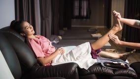 Thailändsk massage för fot och för ben i brunnsort royaltyfri foto