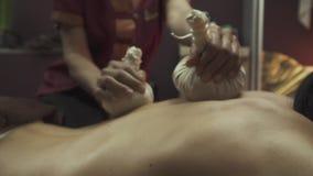 Thailändsk massage med växt- påsar lager videofilmer