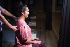 Thailändsk massage på baksida i brunnsort royaltyfria bilder