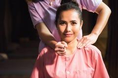 Thailändsk massage till den attactive asiatiska kvinnan royaltyfri bild