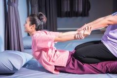 Thailändsk massage vid elasticitet tillbaka och händer arkivbild