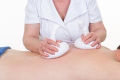 Thailändsk massageserie: Baksida och skuldramassage på man's-kropp royaltyfri fotografi