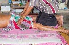 Thailändsk massagist som gör massage Royaltyfri Foto