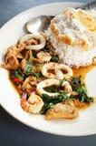 Thailändsk mat: den kryddiga basilikan Arkivfoton