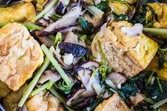 Thailändsk mat. djup stekt tofu med grönsaker och ostronsås Royaltyfri Bild