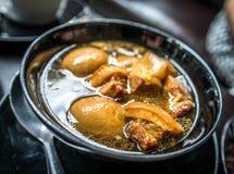 Thailändsk mat: En bunke av Palo (thailändska fem kryddor ägg och grisköttsoppa) Royaltyfri Foto