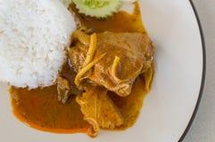 Thailändsk mat, feg massamancurry med ris Royaltyfri Bild