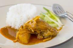 Thailändsk mat, feg massamancurry med ris Fotografering för Bildbyråer