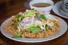 Thailändsk mat, frasig havskattsallad med den gröna mango arkivbilder