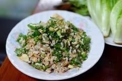 Thailändsk mat göras från röd kryddig selektiv fokus för myraägg på det röda myraägget som är kryddigt med suddighetsförgrund och Arkivbilder