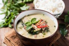 Thailändsk mat, grön curry med griskött och lagade mat ris Arkivbilder