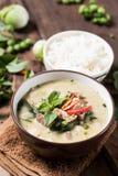 Thailändsk mat, grön curry med griskött och lagade mat ris Arkivfoto