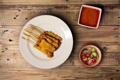 Thailändsk mat, griskött, kött, thai lokalt griskött grillade serve med sås arkivbild