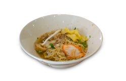 Thailändsk mat, gul noodlw med skivagriskött Arkivfoto