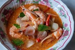 Thailändsk mat i bunke med kryddigt arkivfoto