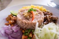 Thailändsk mat - Kao Cluk Ka Pi (blandat lagat mat ris med räkadeg Royaltyfri Bild