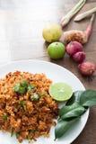 Thailändsk mat, kryddigt sunt stekt ris med örter Arkivbild