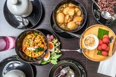 Thailändsk mat: Lägenhet som är lekmanna- av Panang (thailändsk röd curry), Palo (thailändska fem Royaltyfri Bild