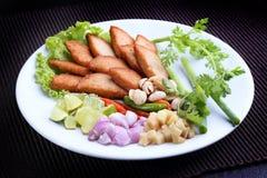 Thailändsk mat - mu-Yor (bevarad grisköttkorv) eller vietnamesisk korv Fotografering för Bildbyråer