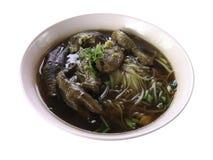 Thailändsk mat, nudel med benet för raguhöna` s, fot och trumpinne Arkivbilder