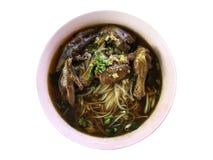 Thailändsk mat, nudel med benet för raguhöna` s, fot och trumpinne Royaltyfri Bild